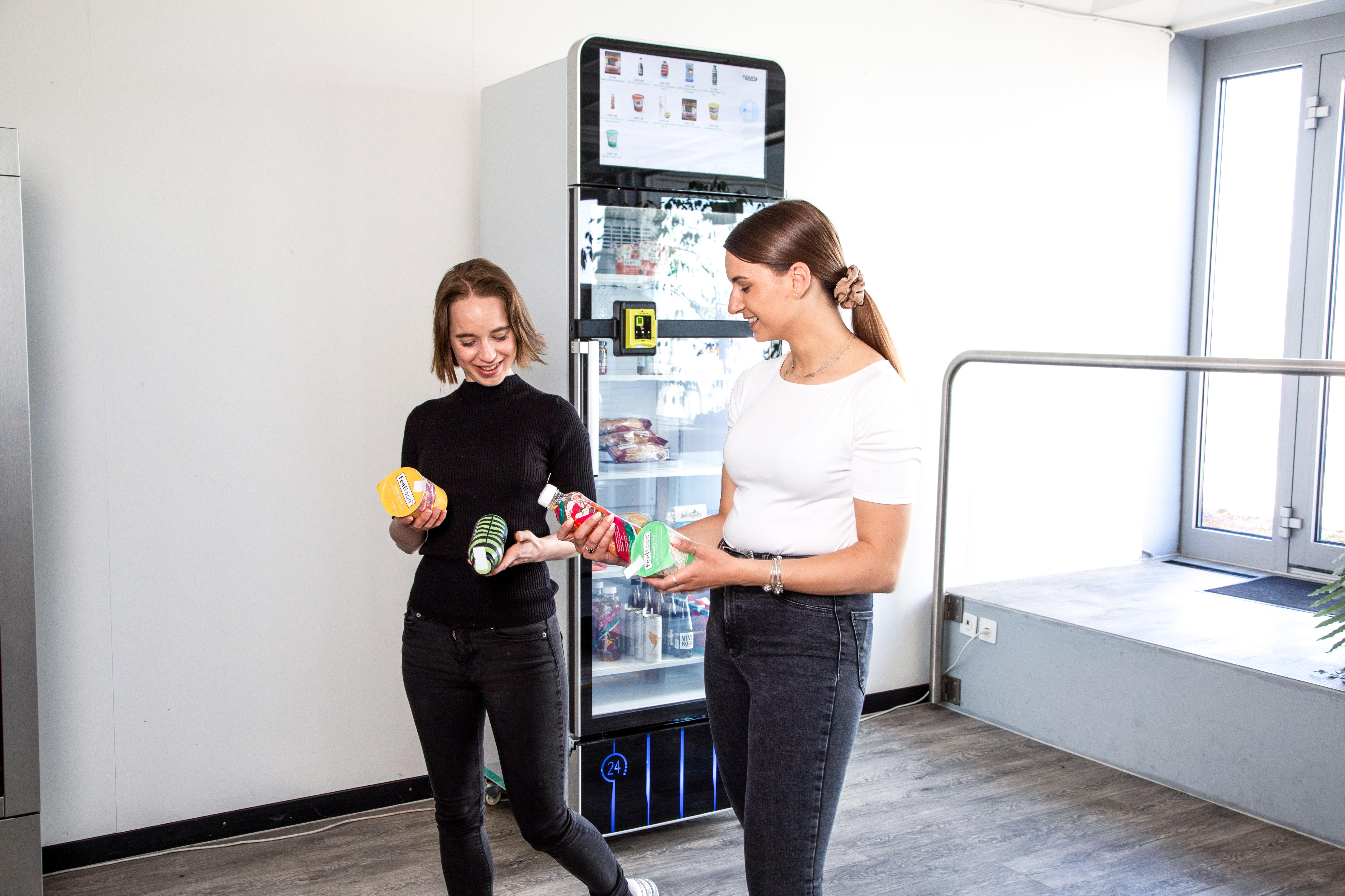 Menschen beim noury Kühlschrank