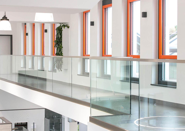 SYSTEM LINE: Glasgeländer bündig