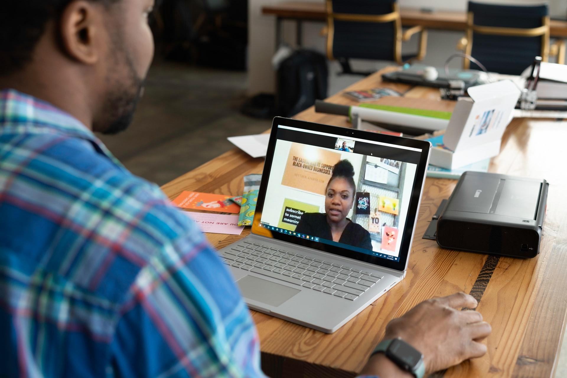 En konsult som har ett digitalt möte