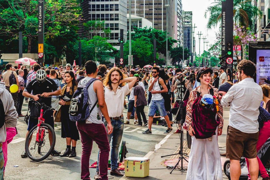 Multidão De Pessoas Na Rua
