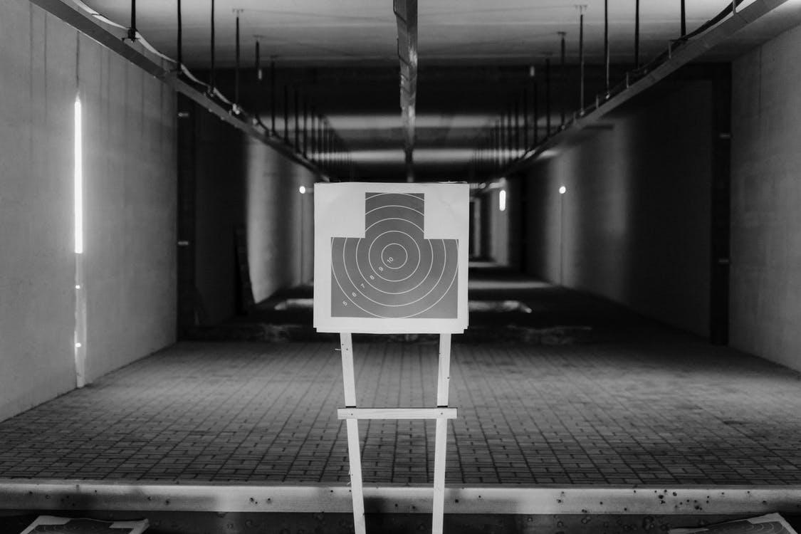 Foto profissional grátis de a mão armada, abandonado, alcance de rifle