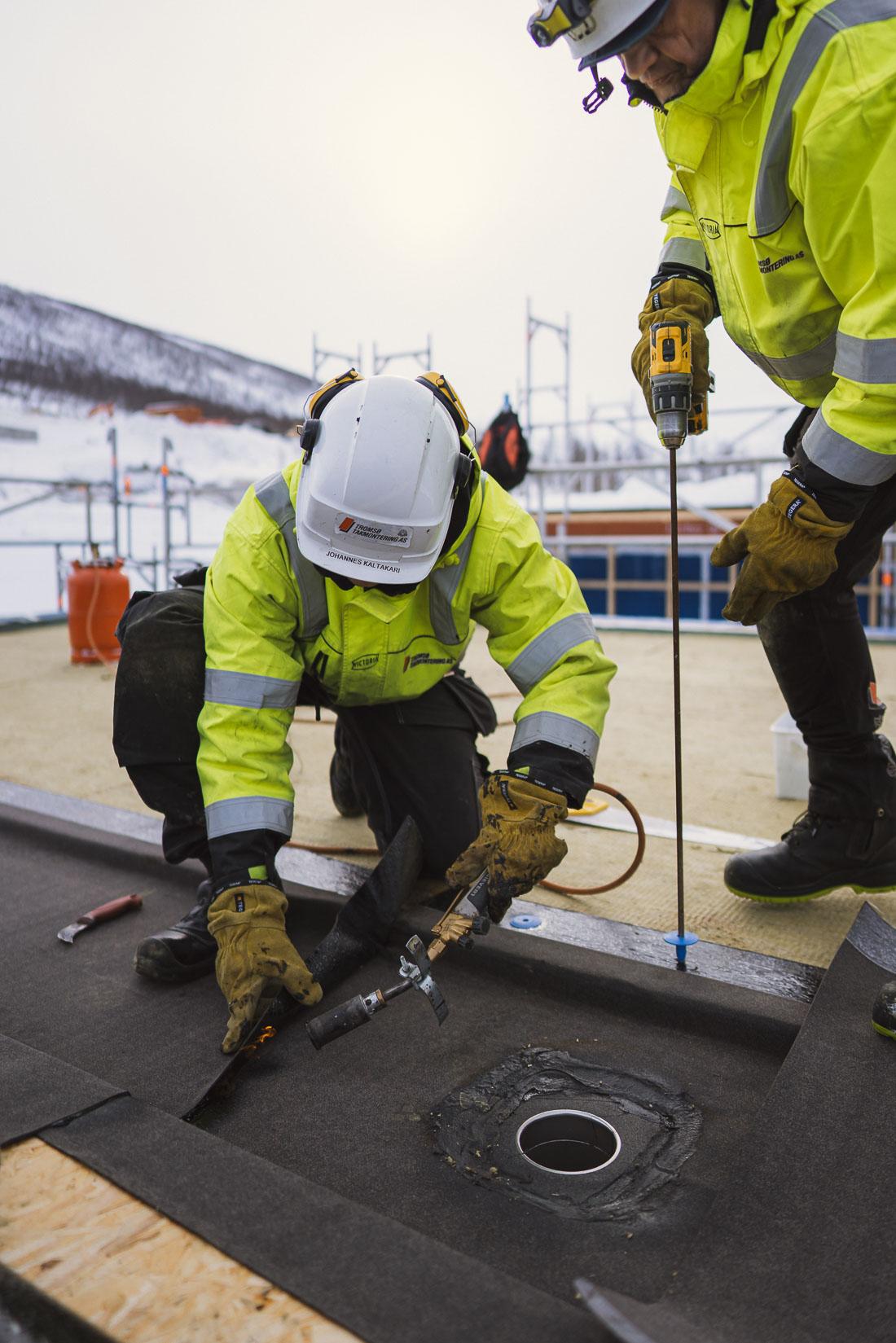 To arbeider på tak i Tromsø
