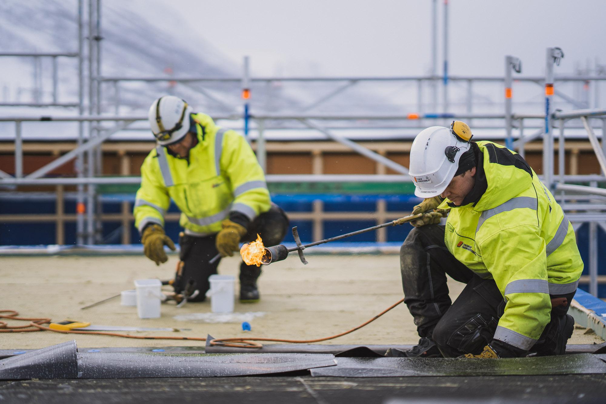 Arbeidere fra Tromsø Takmontering  på jobb i Tromsø