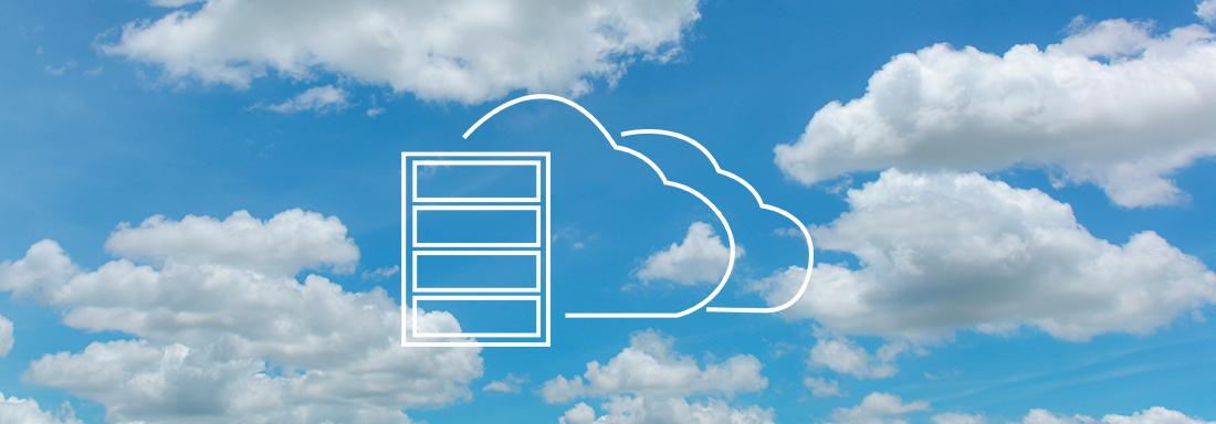 Wolkiger Himmel mit weißen Icon eines Cloud Servers im Vordergrund