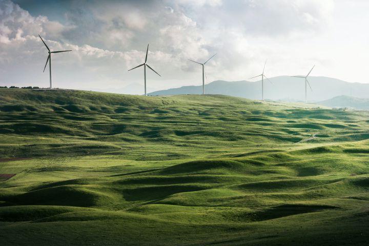 Windkraftanlage auf grüner Wiese
