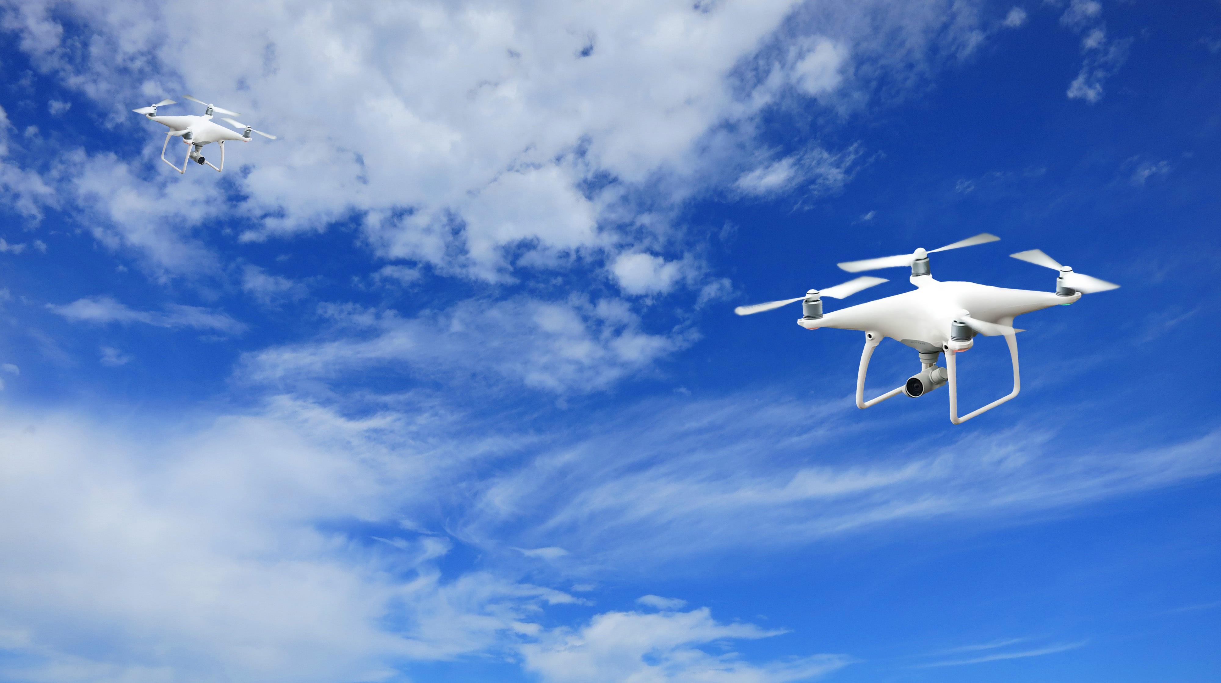 Foto von zwei DJI Phantom P4 Drohnen