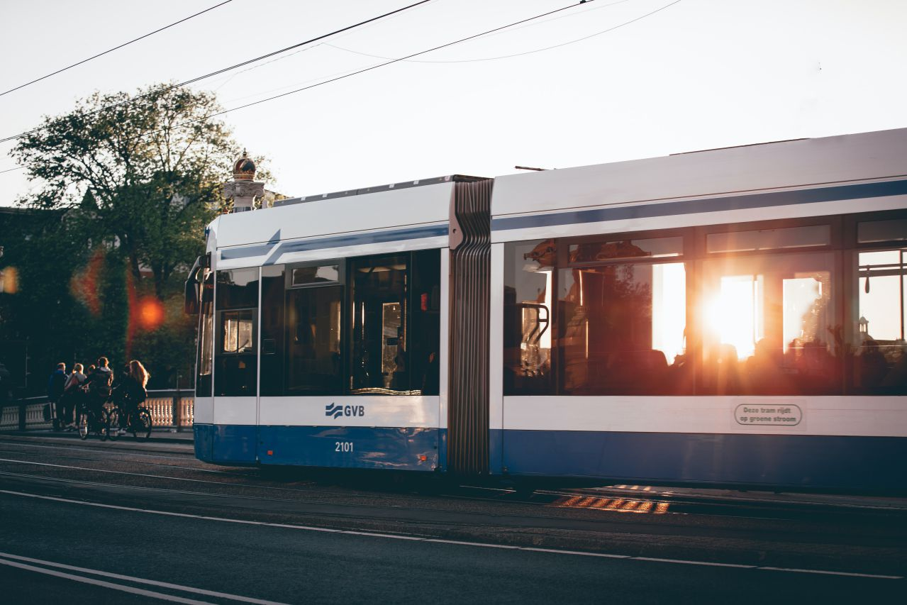 Tram während Sonnenuntergang
