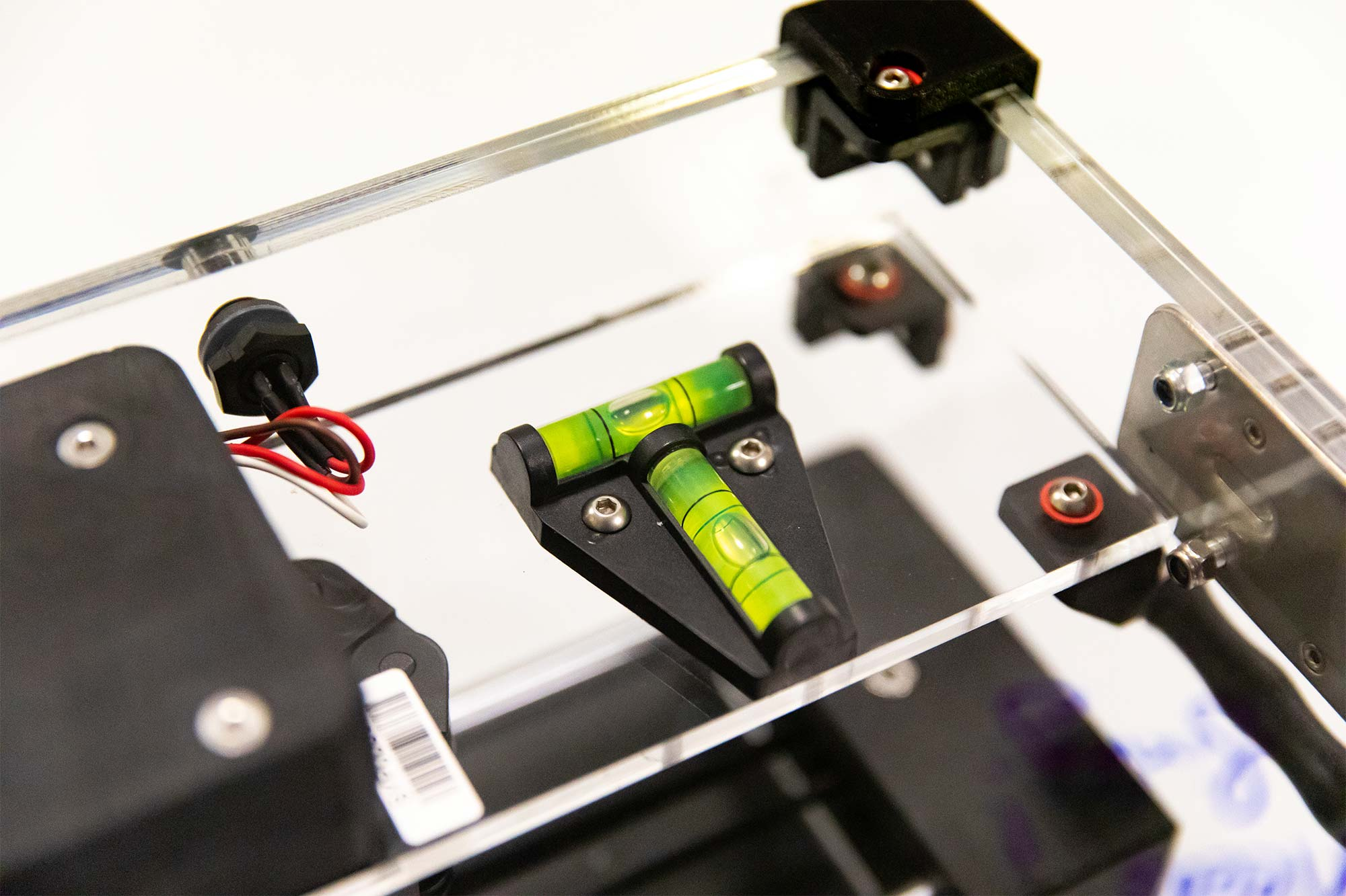 Photo of Syp autosampler device on a benchtop in the lab. Closeup on spirit level.