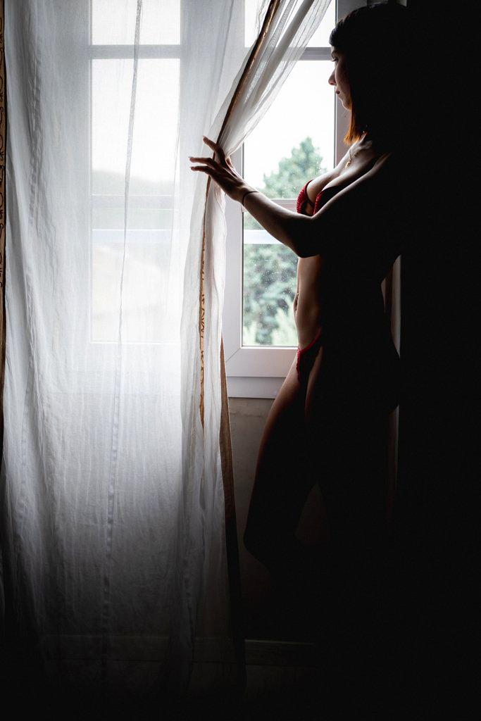 femme sexy à la fenêtre