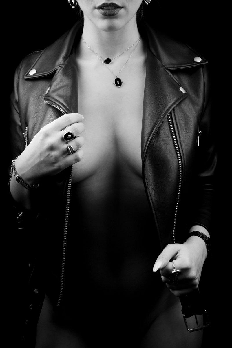 femme sexy veste cuir ouverte