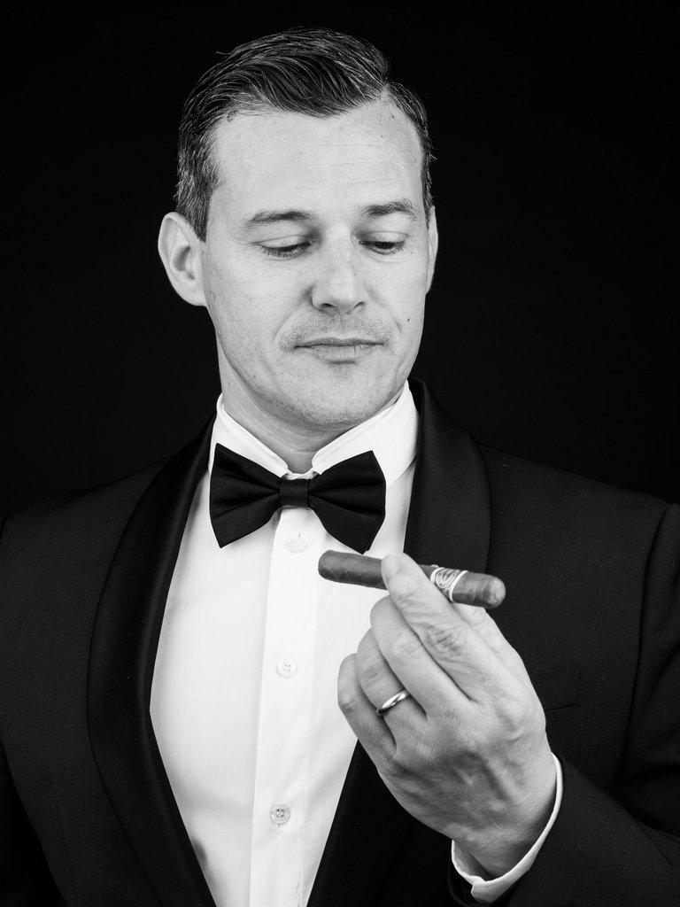 Homme élégant en smoking