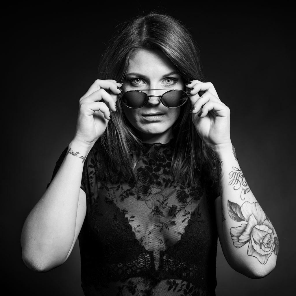 Photo portrait Vaucluse femme avec lunette de soleil en noir et blanc - Tatouage fleur au bras