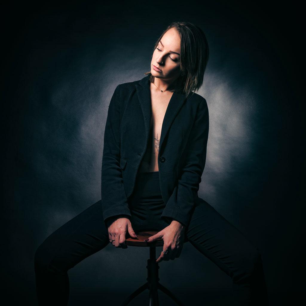 Photographe Avignon Vaucluse femme sur tabouret
