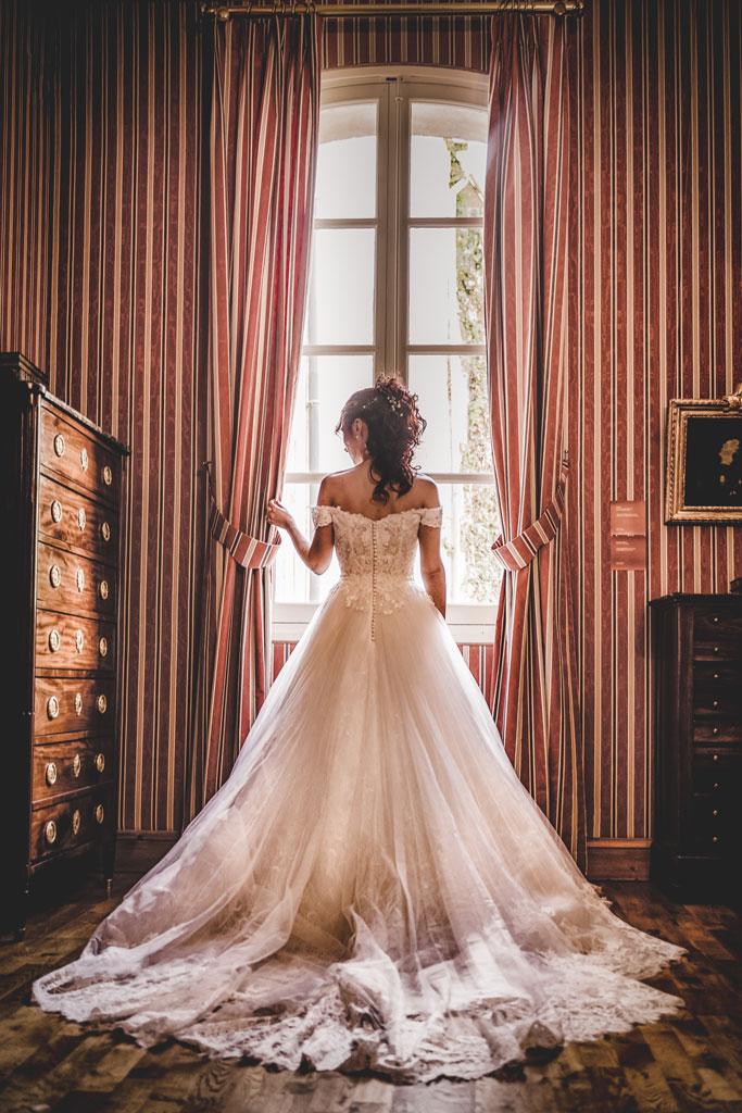 Photo d'une mariée à la fenêtre