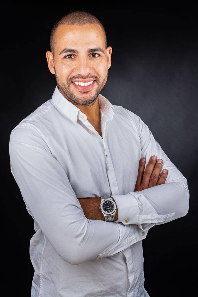 Photographe portrait corporate avignon vaucluse, homme avec chemise et montre, sourire
