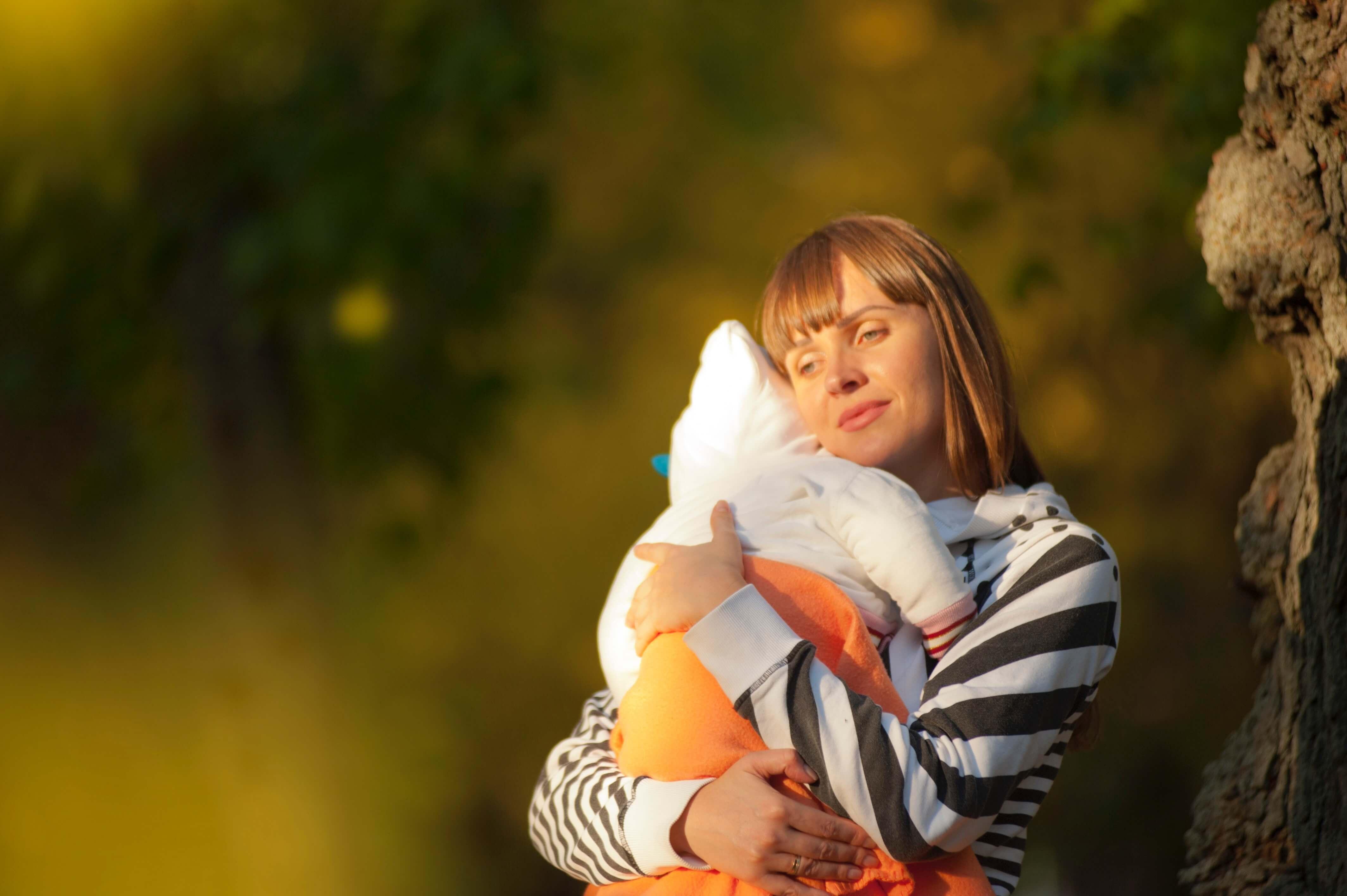 maman qui tient bébé