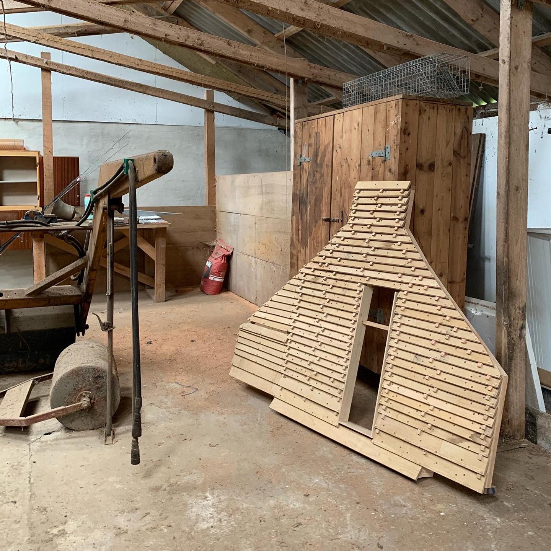 Billedet viser hyttens facade i værkstedet i skala 1:2