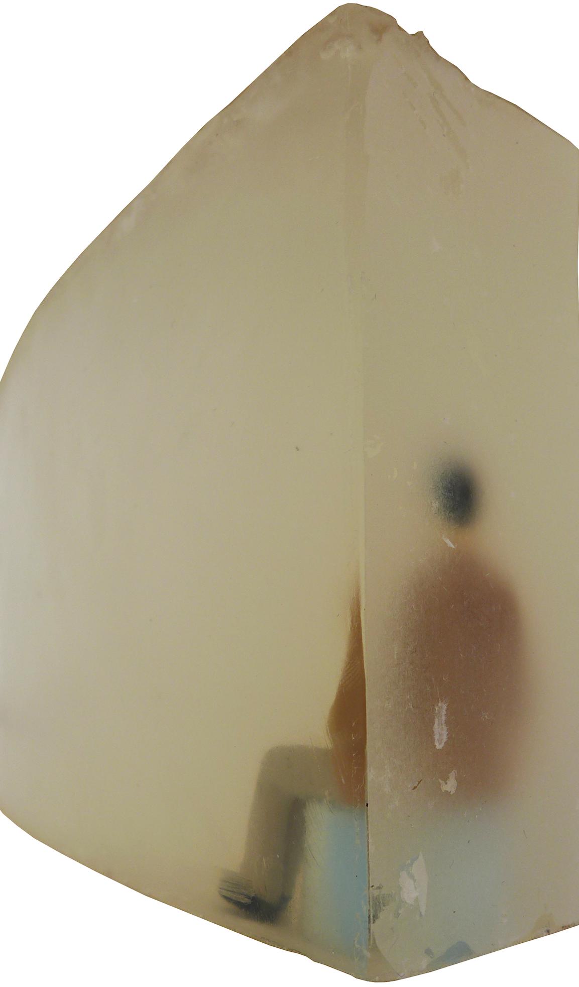 Billedet viser en af sæbemodellerne med en mand som venter i en af tunellerne fra fly til hospital