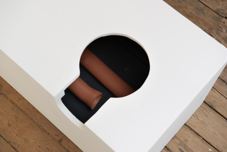 billedet viser en skulptur fra udstillingen 'Sludgecake'