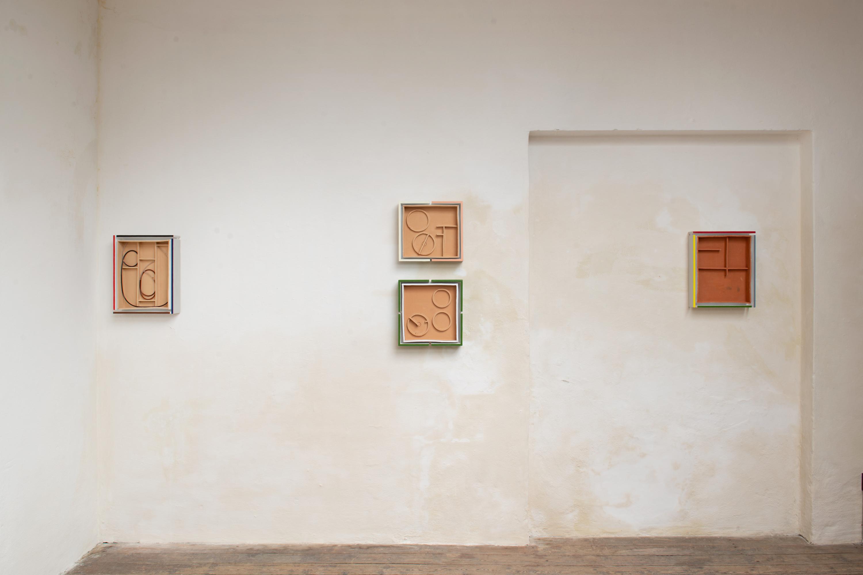 billedet viser 4 vægværker fra udstillingen 'Sludgecake'