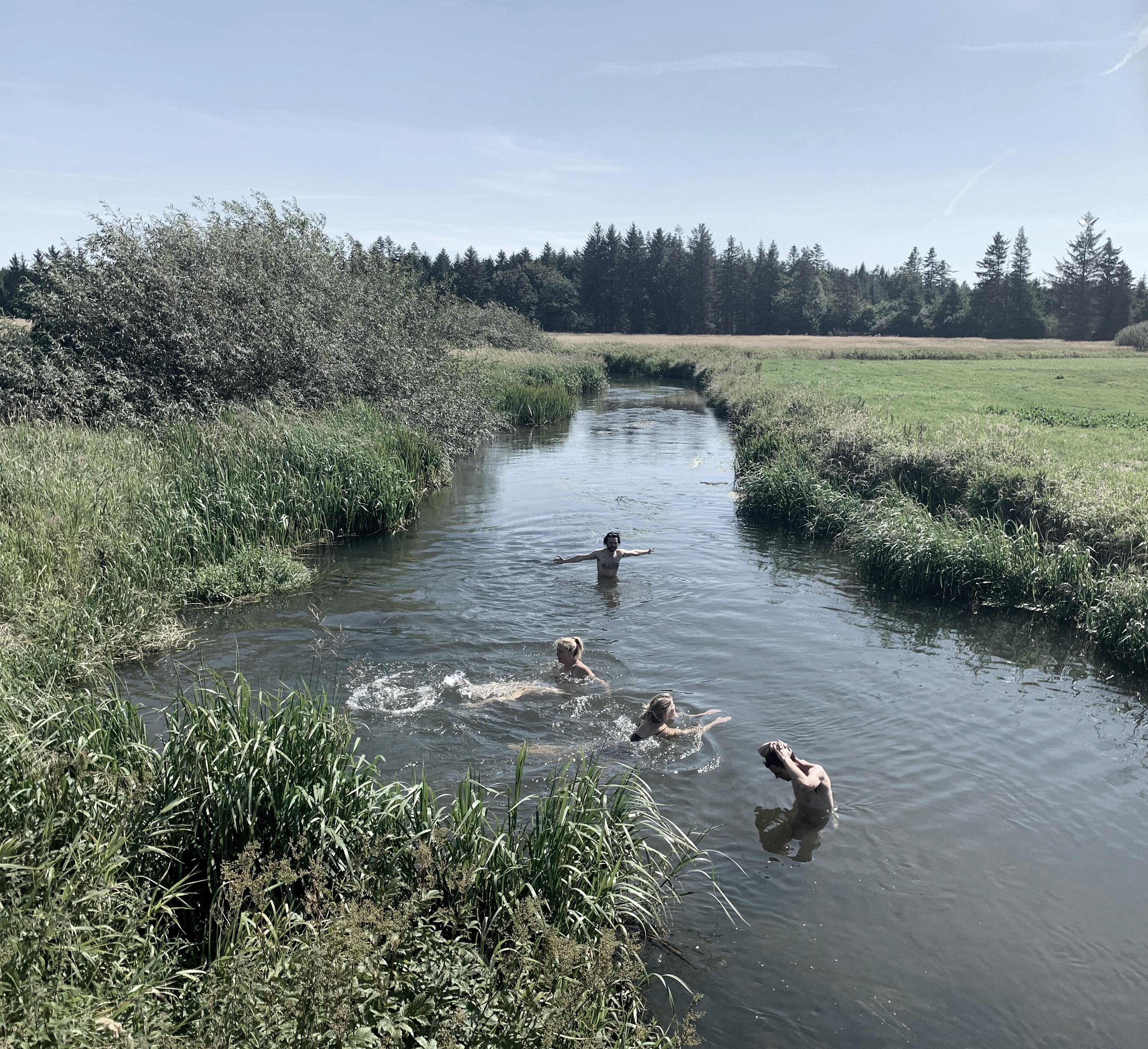 Billedet viser Gram å og sommerskolens deltagerre som bader