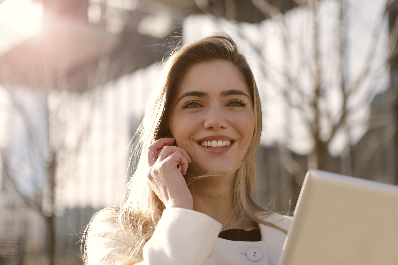 zufriedene-kundin-spricht-mit-telefonassistenten