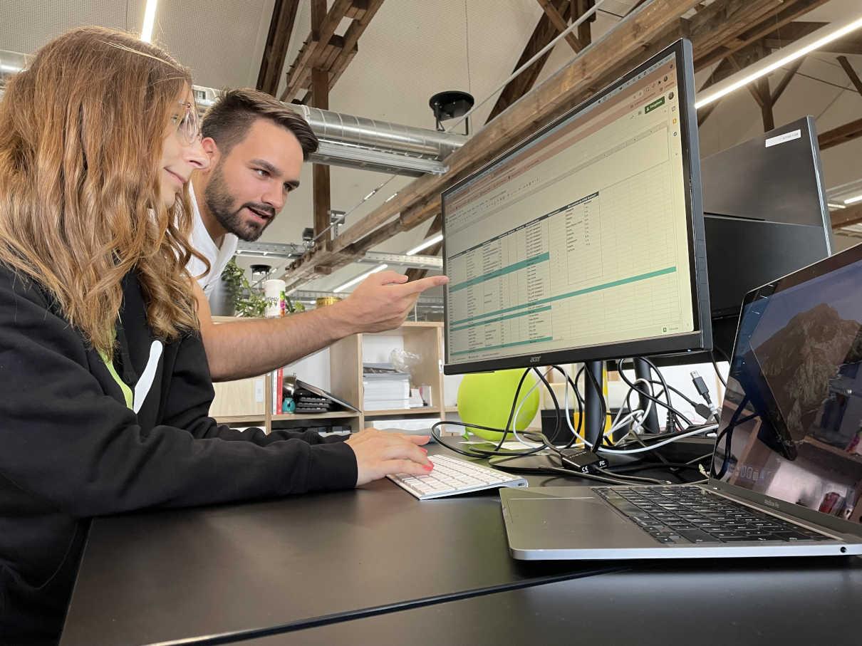 VITAS Kolleg*innen arbeiten gemeinsam im Zollhof Office