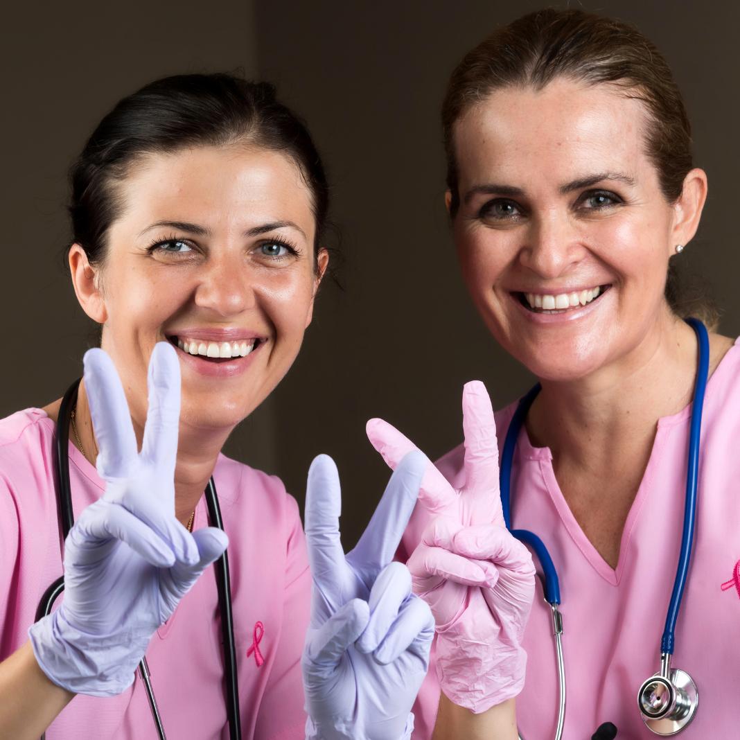 Twee medewerkers in de zorg zijn weel blij met verlaging van werkdruk en werkstress en kunnen er weer tegenaan
