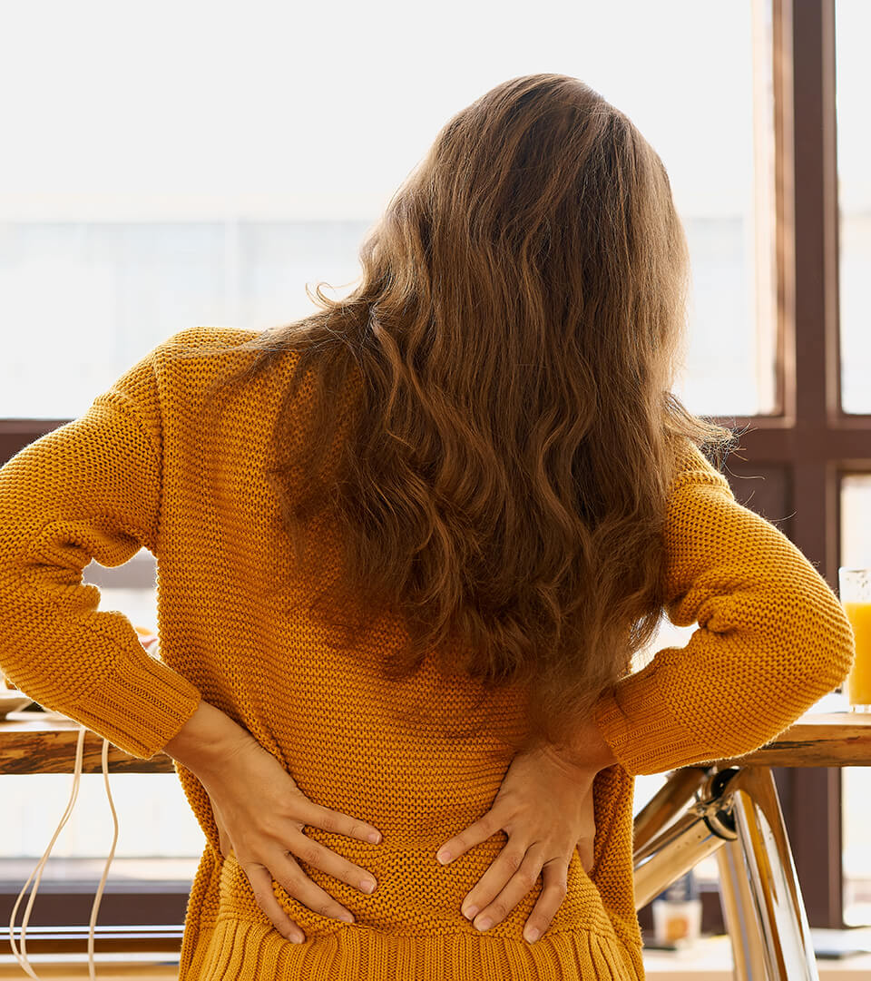 Rugpijn die leidt tot werkstress werkdruk en burnout, voorkomen met een stoelmassage