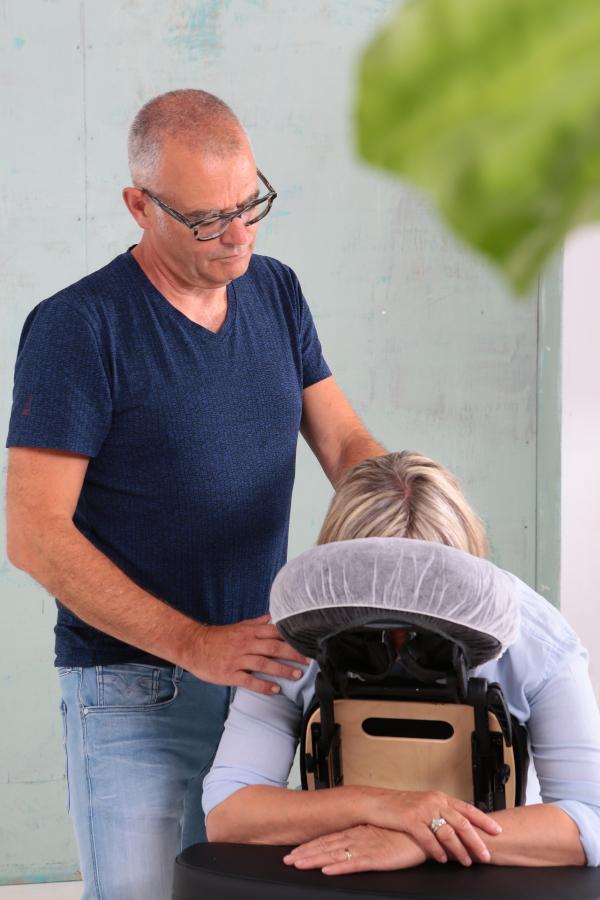 Ruud van Relaxatwork geeft een klant een stoelmassage