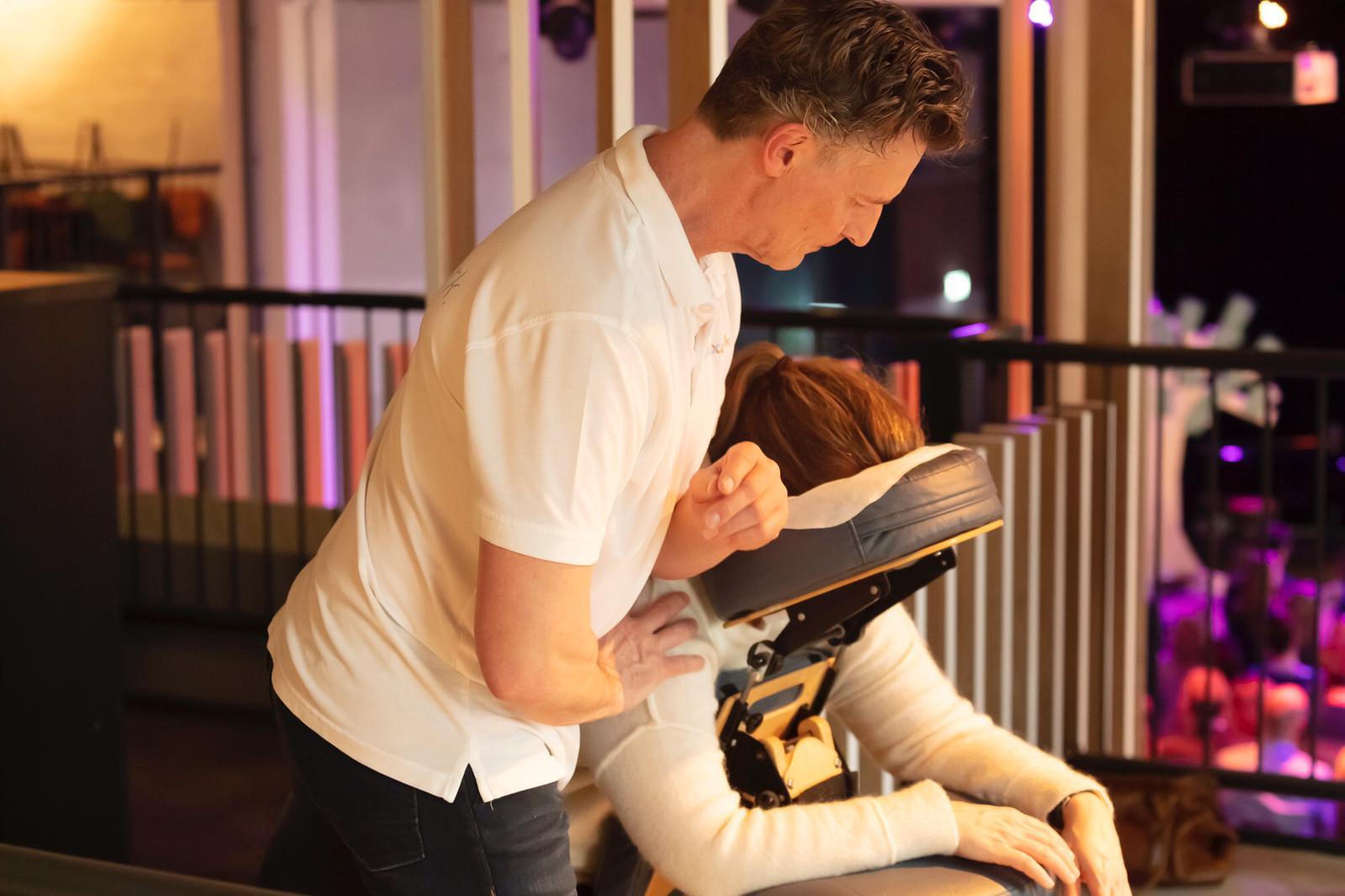 Stoelmassage wordt rdoor Juul gegeven aan een klant