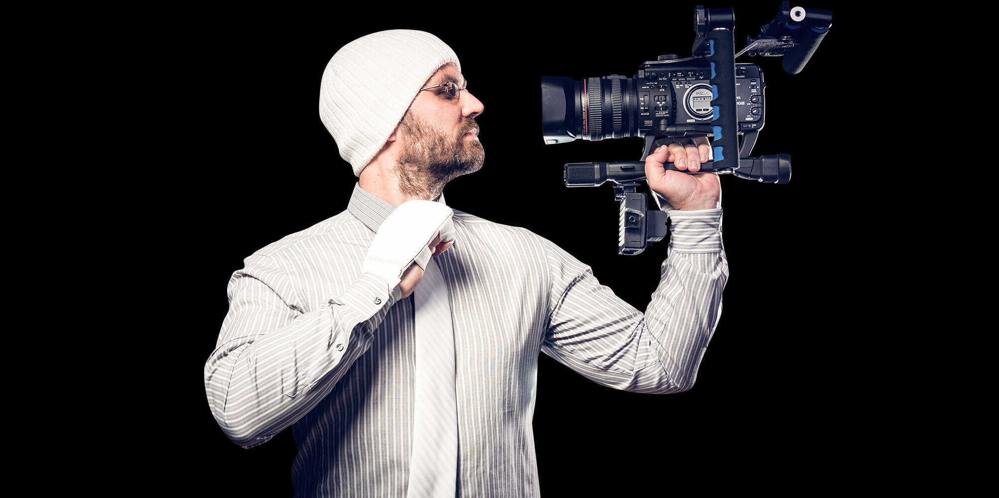 Matthias Gottwald trägt eine weiße Mütze und filmt sich selbst mit einer Videokamera