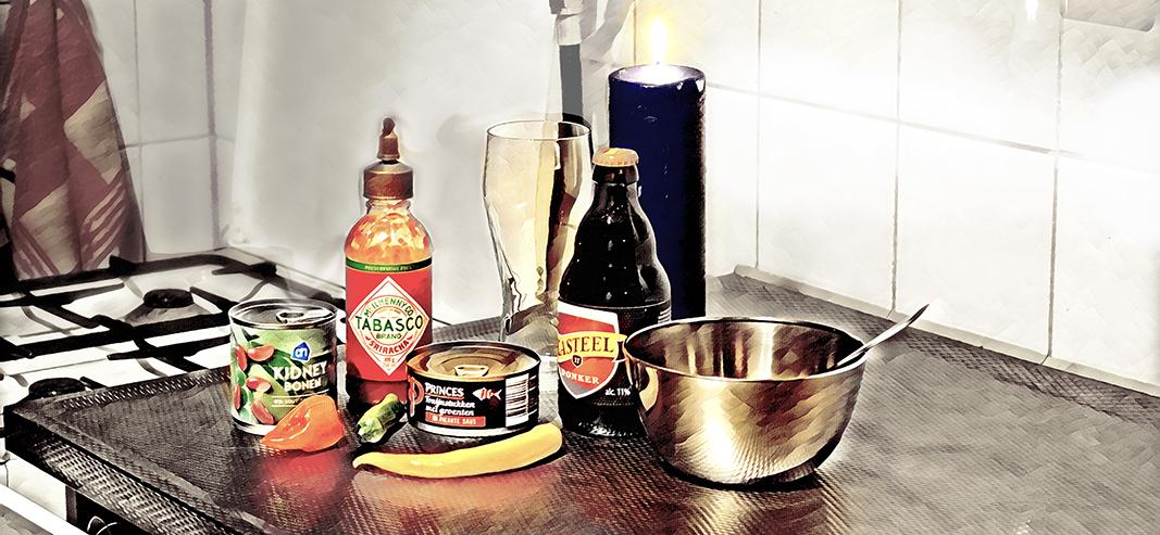 foto van noodrantsoen blikje vis, Tabasco en een biertje. tbv de nieuwe TH.EVERYTHING#5