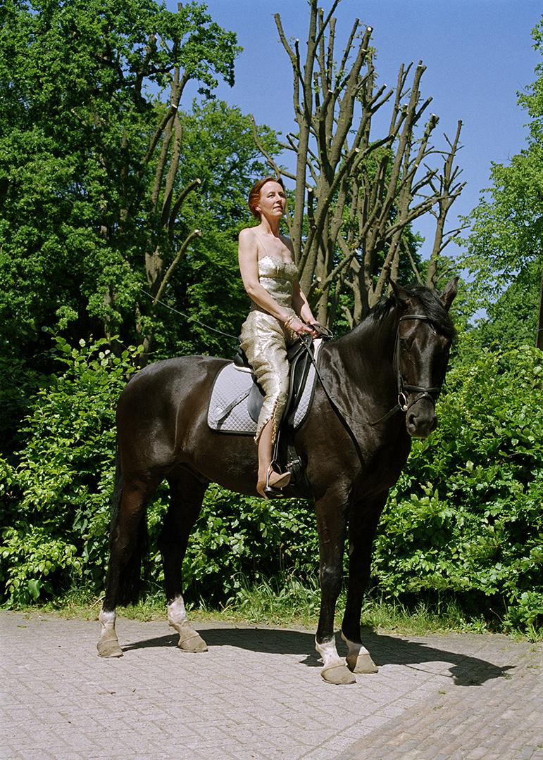 foto van Greta Blokzittend  op een paard tijdens WOMAN IN DIVORCE BATTLE ON TOUR