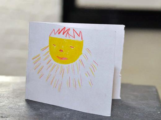 tekening  geel gezicht met kroontje