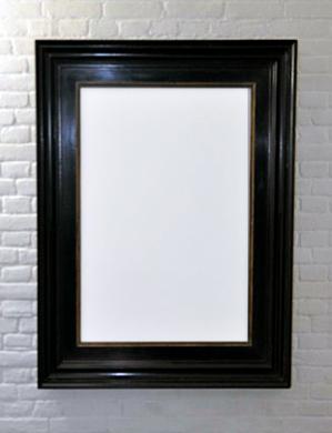 foto van leeg schilderlijst zonder schilderij