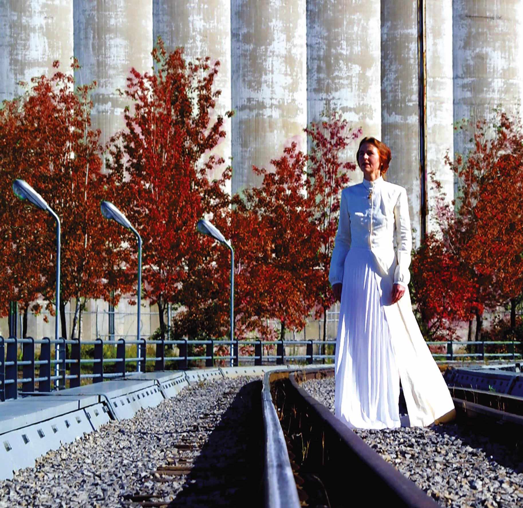 foto van Greta Blok in trouwjurk tijdens BIENNALE MONTREAL III, 2002