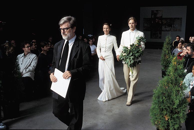 foto van Cees Krijnen en Greta Blok tijdens trouwceremonie tijdens BIENNALE MONTREAL III, 2002