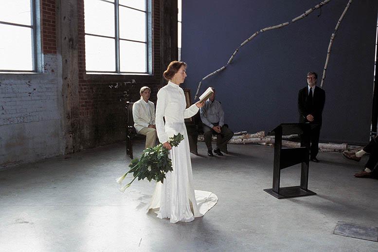 foto van Greta Blok in trouwjurk tijdens trouwceremonie BIENNALE MONTREAL III, 2002