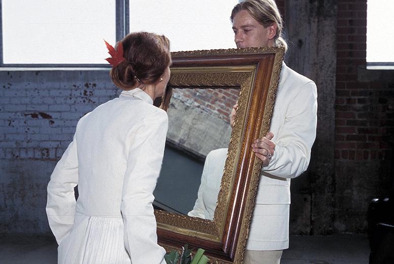 foto van Greta Blok die een kus geeft aan haar eigen spiegelbeeld. BIENNALE MONTREAL III, 2002