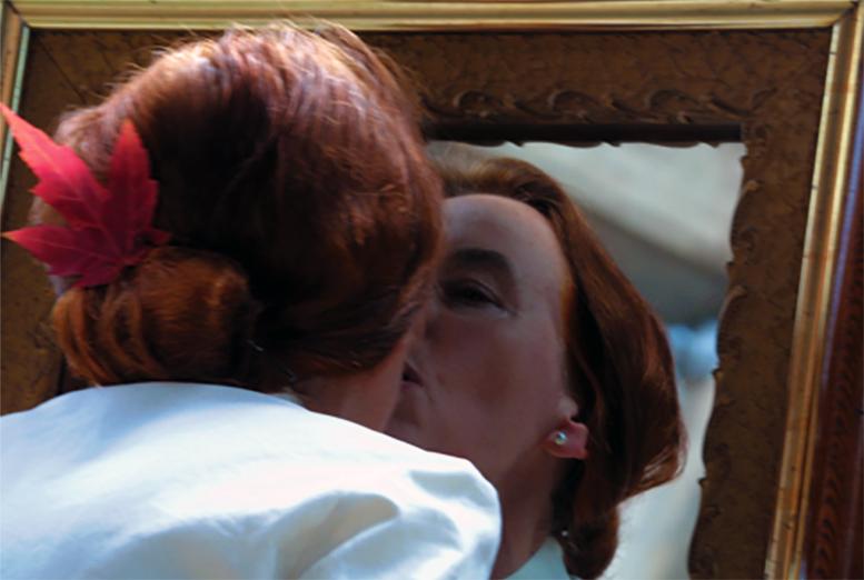 foto van Greta blok die spiegelbeeld kust na trouwceremonie tijdens BIENNALE MONTREAL III, 2002