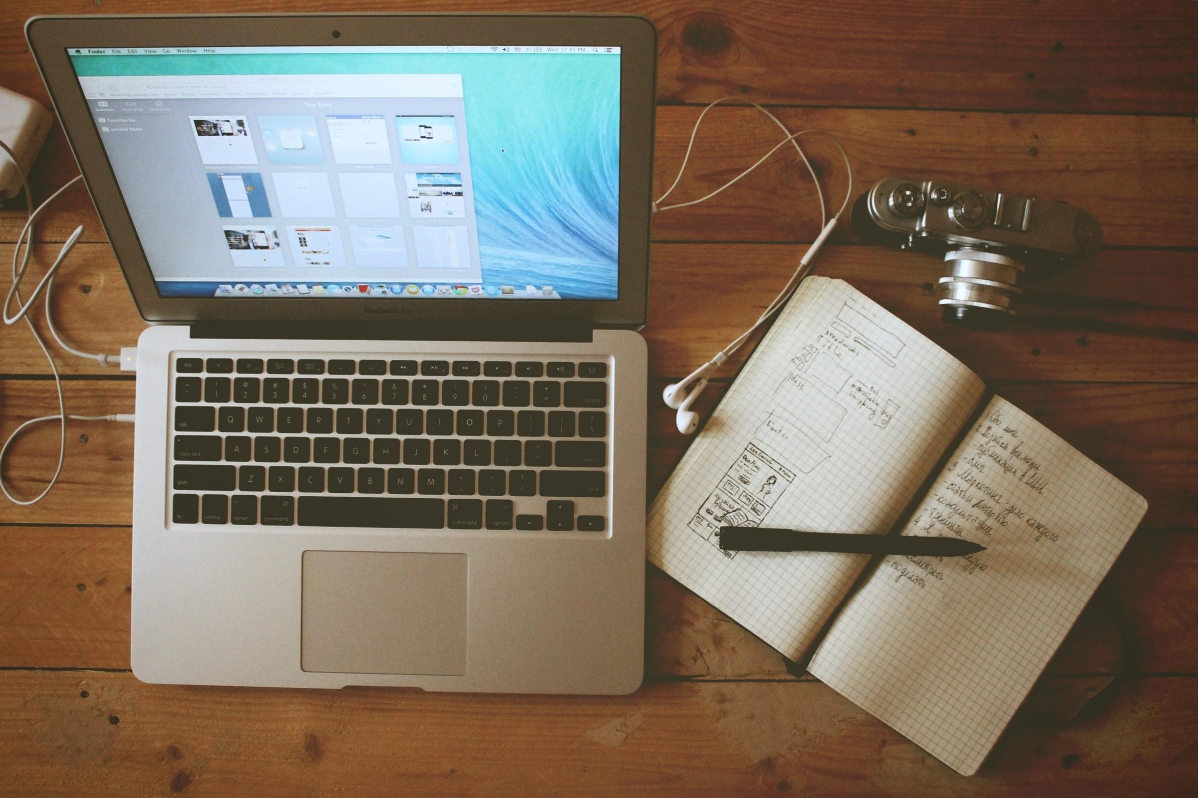 Image d'un ordinateur et d'un cahier pour parler de la création stratégique d'une marque