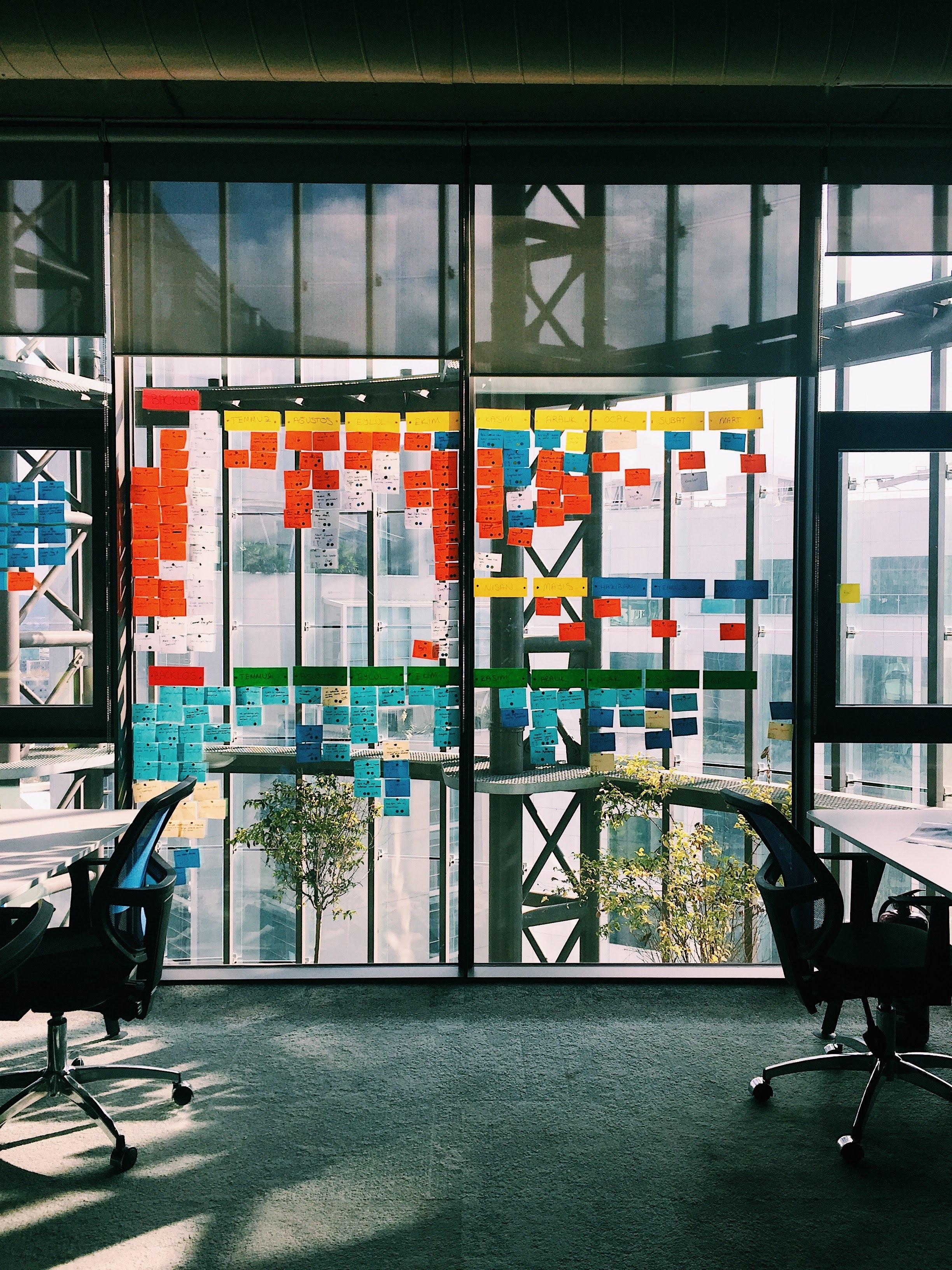 Image d'un bureau avec des post-it lors d'un workshop