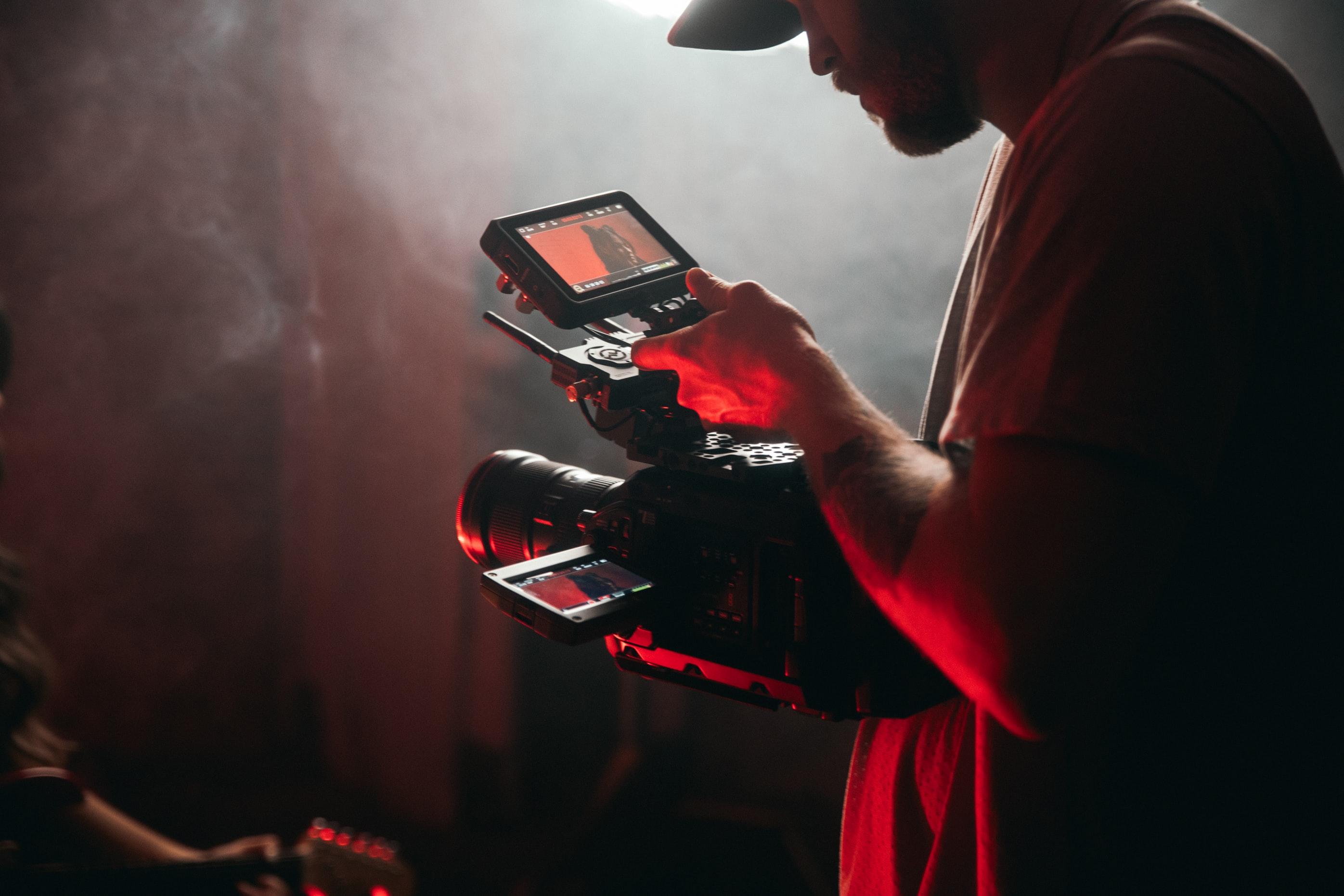 Image d'une camera et d'un réalisateur lors d'un tournage