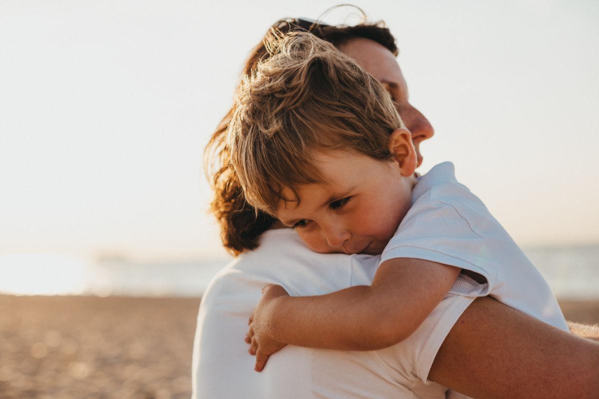Kind im Arm der Mutter