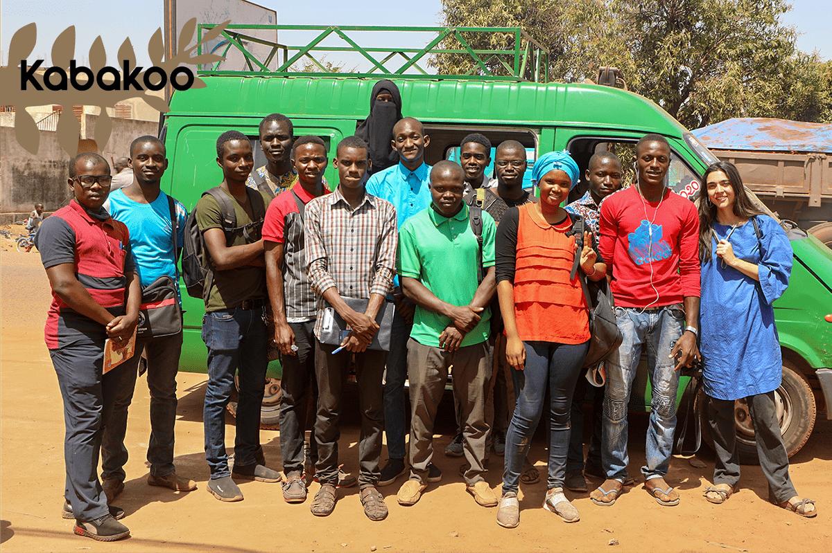 De gauche à droite, les apprenants : Mamoutou Tembely, Soumaila Kane, Ousmane Deme, Ousmane Kone, Adama Bamba, Toure Talhata, Kadidiatou Tangara, Djime Sacko, Alassan Kone, Modibo Sidibe, Boubou Diawara, Abcetou Coulibaly, Seydou Dagnogo, Lamine Dagnogo et l'animatrice du workshop, Elvira Pietrobon.