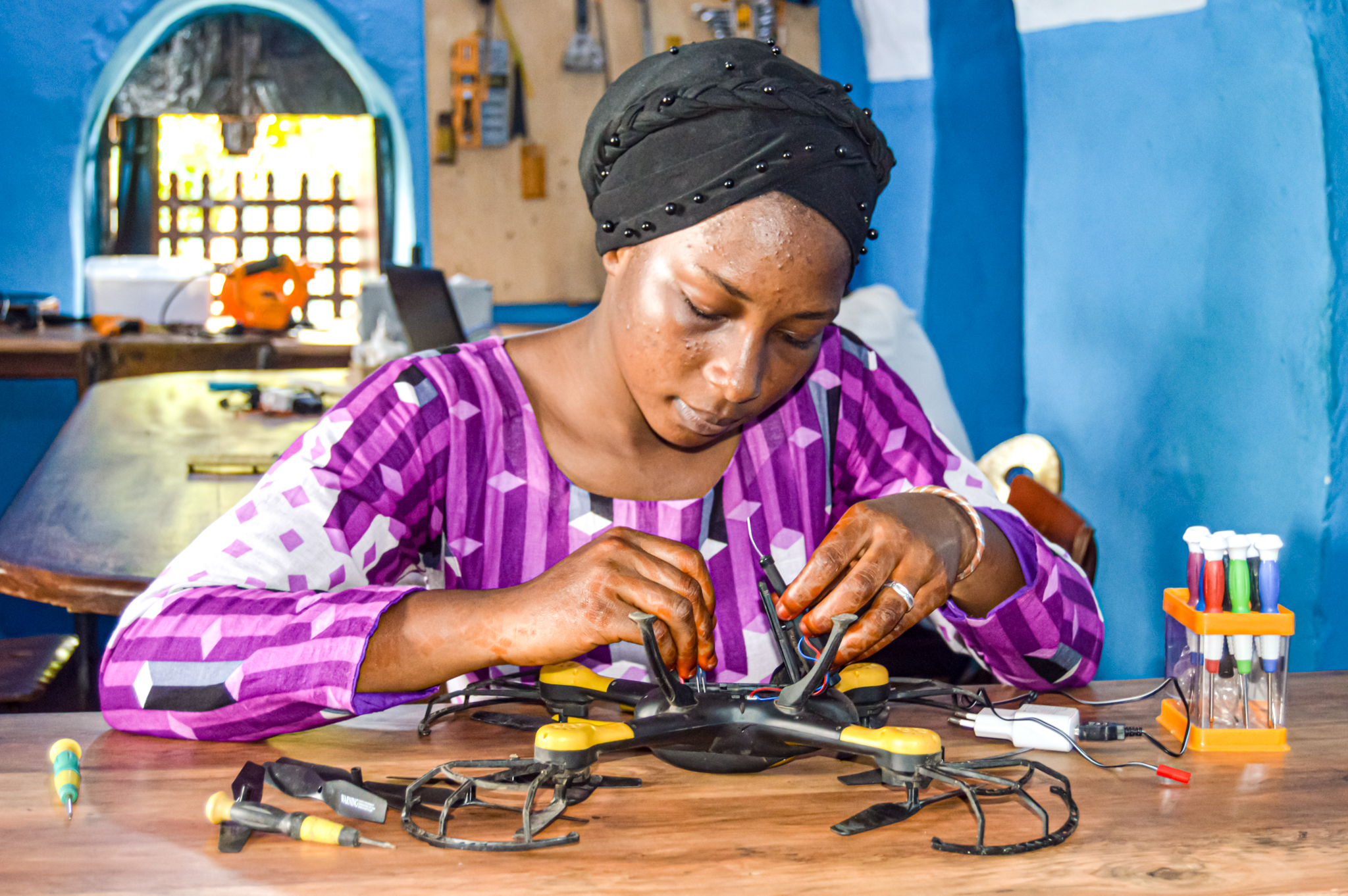 Kabakoo_Young woman assembling a drone
