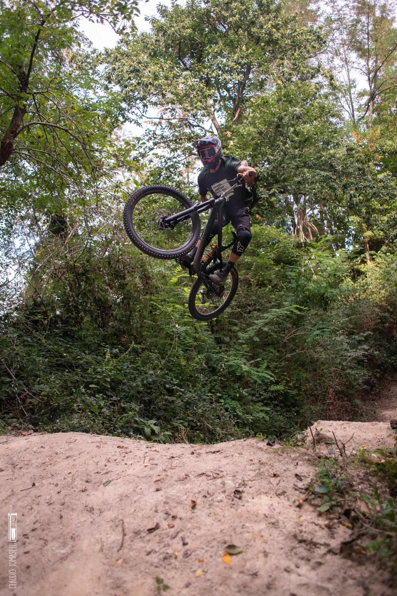 Un trail tecnico, con distese infinite di radici e salti veramente grossi! Questo trail è consigliato a rider con molta esperienza.