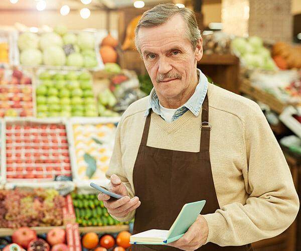 Marek właściciel sklepu sieci franczyzowej