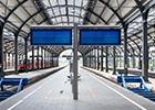 écrans d'affichage dynamique sur un quai de gare qui diffusent les prochains départs en temps réel.